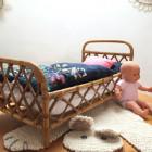 Lit de poupée en rotin chiné Collection Jardin des paons